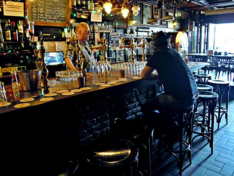A Muziek Cafe de Tapperijben a bárpultnál, Heerlen, Hollandia - Kocsmaturista