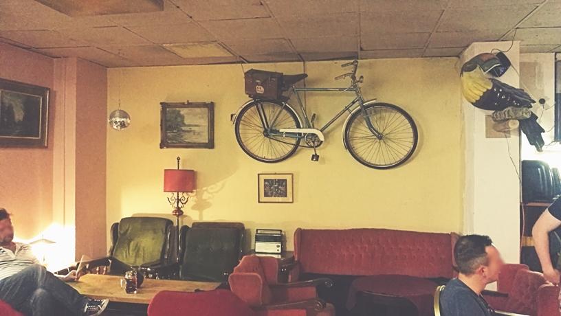 Bicikli a falon és tukán - B1 Budapest nekrológ