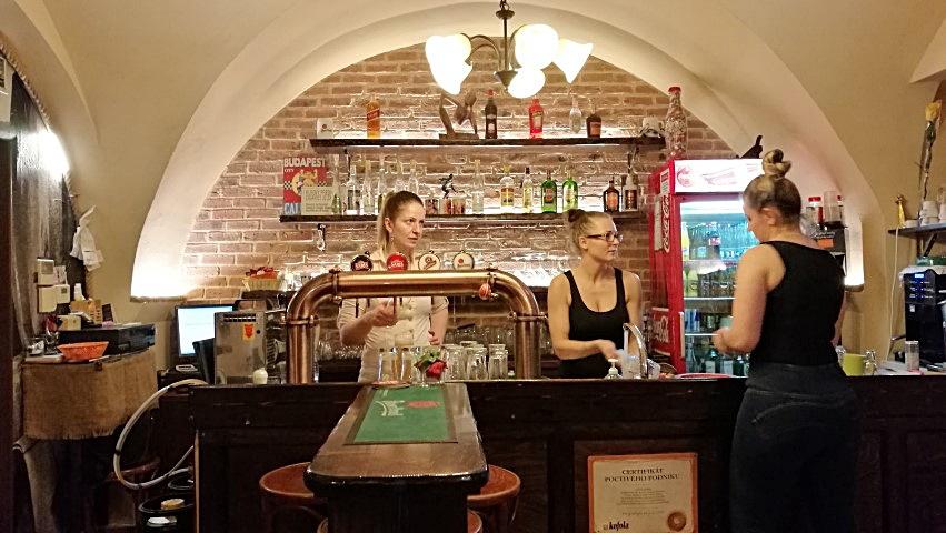 Pozsonyi kocsmák - három magyar lány a pultban - Krcma Na Zelenej - Kocsmaturista
