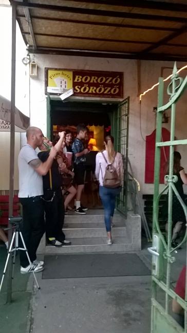 Piros Hetes Söröző, Borozó bejárat - Kocsmaturista