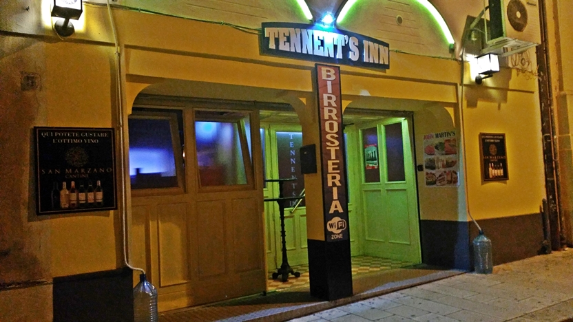 Tennent's Pub Inn bejárat Brindisiben - Kocsamturista