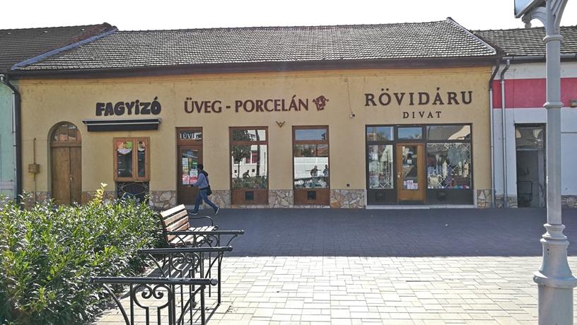 Hatvan kocsmái - Grassalkovich út hagyományos üzletek, felújított járda - Kocsmaturista