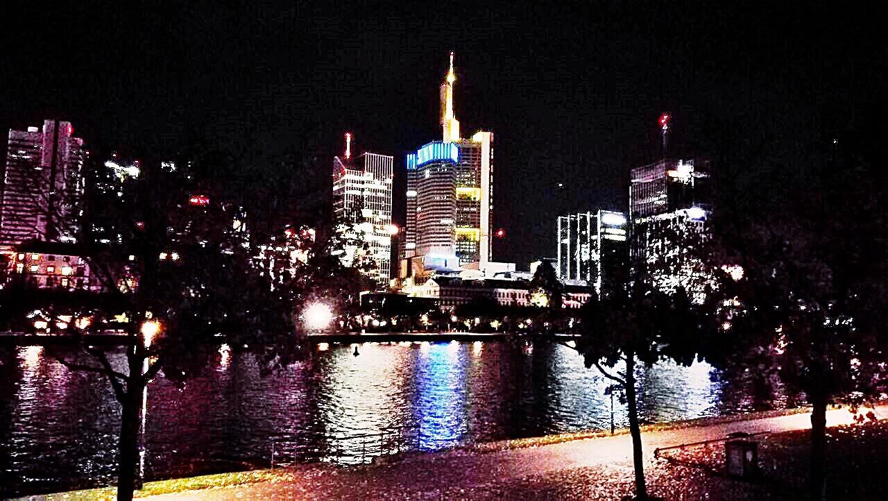 Frankfurt - felhőkarcolók éjjel - Kocsmaturista