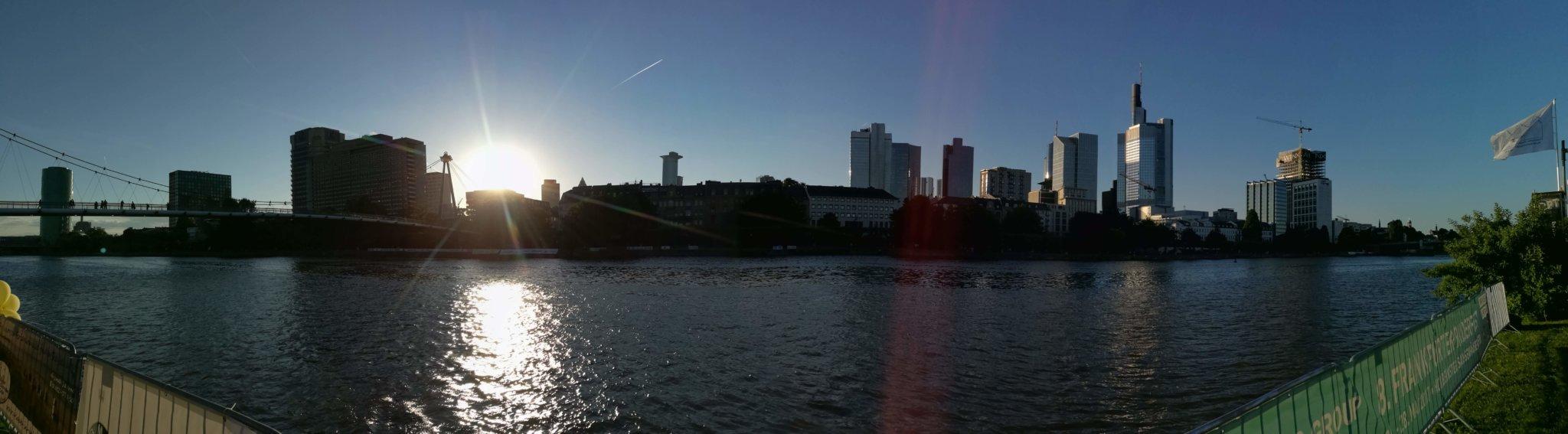Frankfurt - Majna part a felhőkarcolókkal - Kocsmaturista