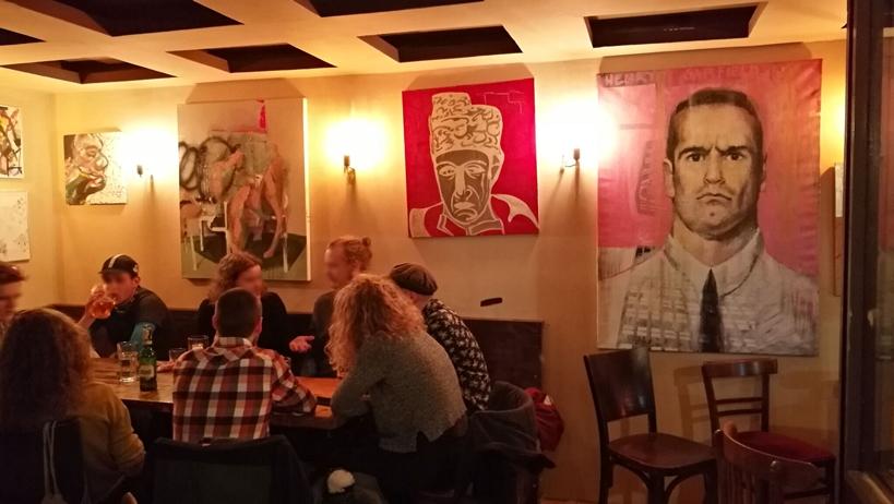Talákozás az Éjszakai polgármesterrel - Kiállítás a falon a Krimbóban - Kocsmaturista