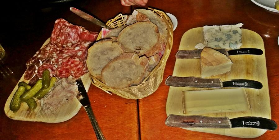 Hága kocsmái - Le Café - felvágott és sajttál - Kocsmaturista