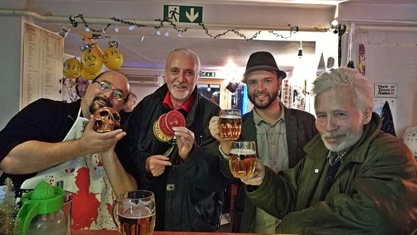 A Magyarországi Sörcikkgyüjtő Klub tagjaival a KáOsZ Drink Stationban - Kocsmaturista