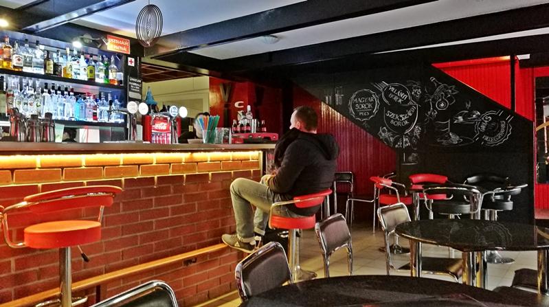 Kocsmatúra a sörcikkgyűjtőkkel - A Virus Café pultja - Kocsmaturista