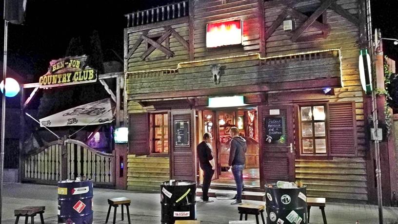 Siófok Tavasszal - Ben Joe Country Club bejárat - Kocsmaturista