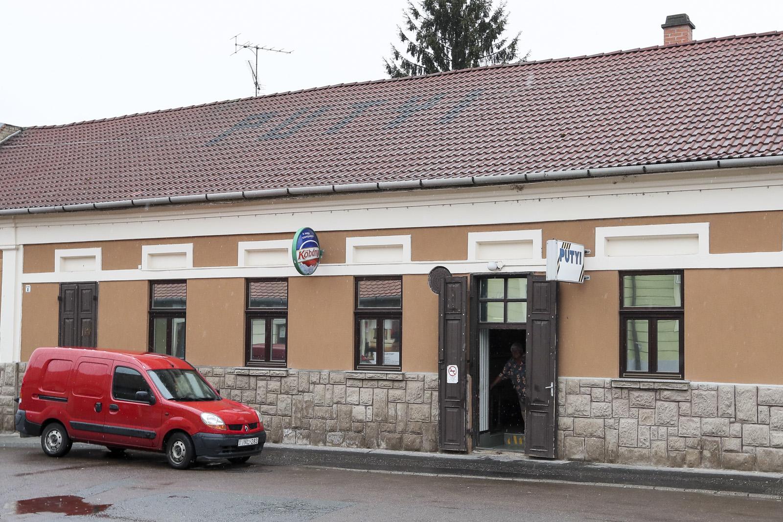 Bezár a Zöld Pecsét és a Putyi kocsmája Egerben - Putyi felirat tetőcserepekből - Kocsmaturista (fotó: egrihirek.hu)
