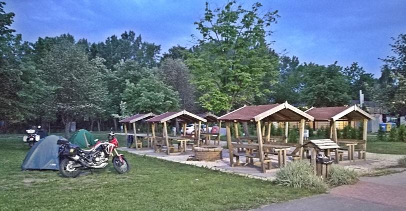 Aranypart Camping - Siófok-Szabadifürdő - Tűzrakóhelyek és kinti étkezők - Kocsmaturista