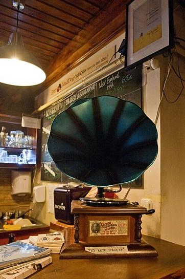 Edison Bar & Ink - kék gramofon - Kocsmaturista