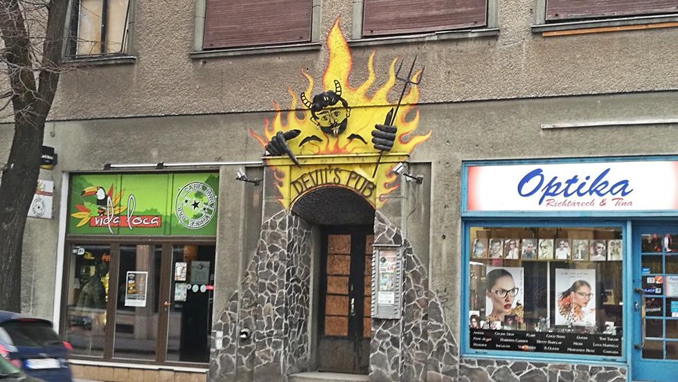 Nyitra kocsmái - Devils Pub kívülről - Kocsmaturista