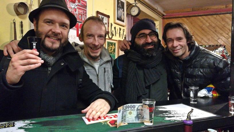 Budapesti kocsmatúra olasz szemmel - Az Árnyas sörözőbe velünk tartó csapattal - Kocsamaturista