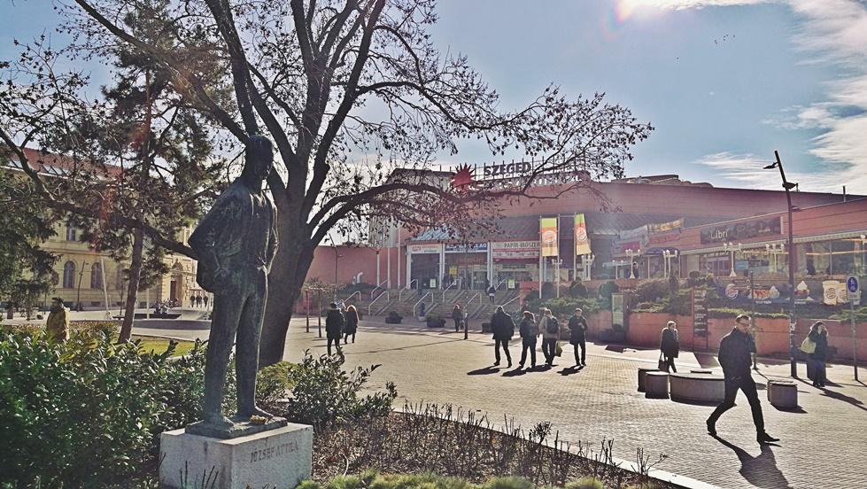 Szegedi kocsmák - Dugonics tér és Szegedi Nagyáruház József Attila szoborral - Kocsmaturista