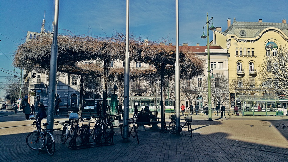 Szegedi kocsmák - Széchényi tér széle az Anna kútnál - Kocsmaturista