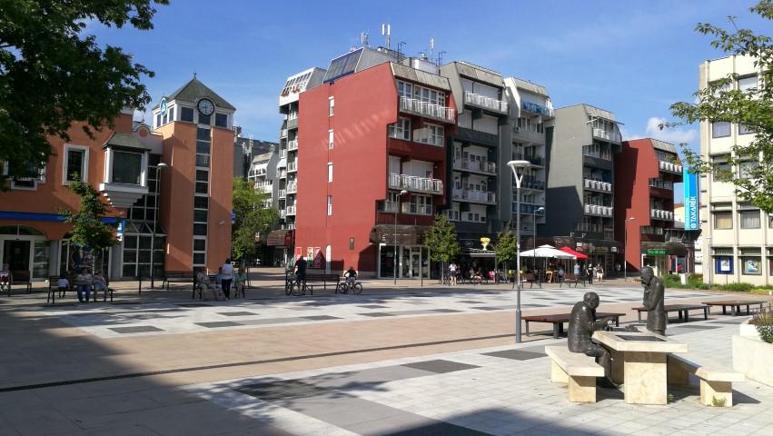 Csipke házak és a Sakkozók szobor a Dísz téren, Zalaegerszeg - Kocsmaturista
