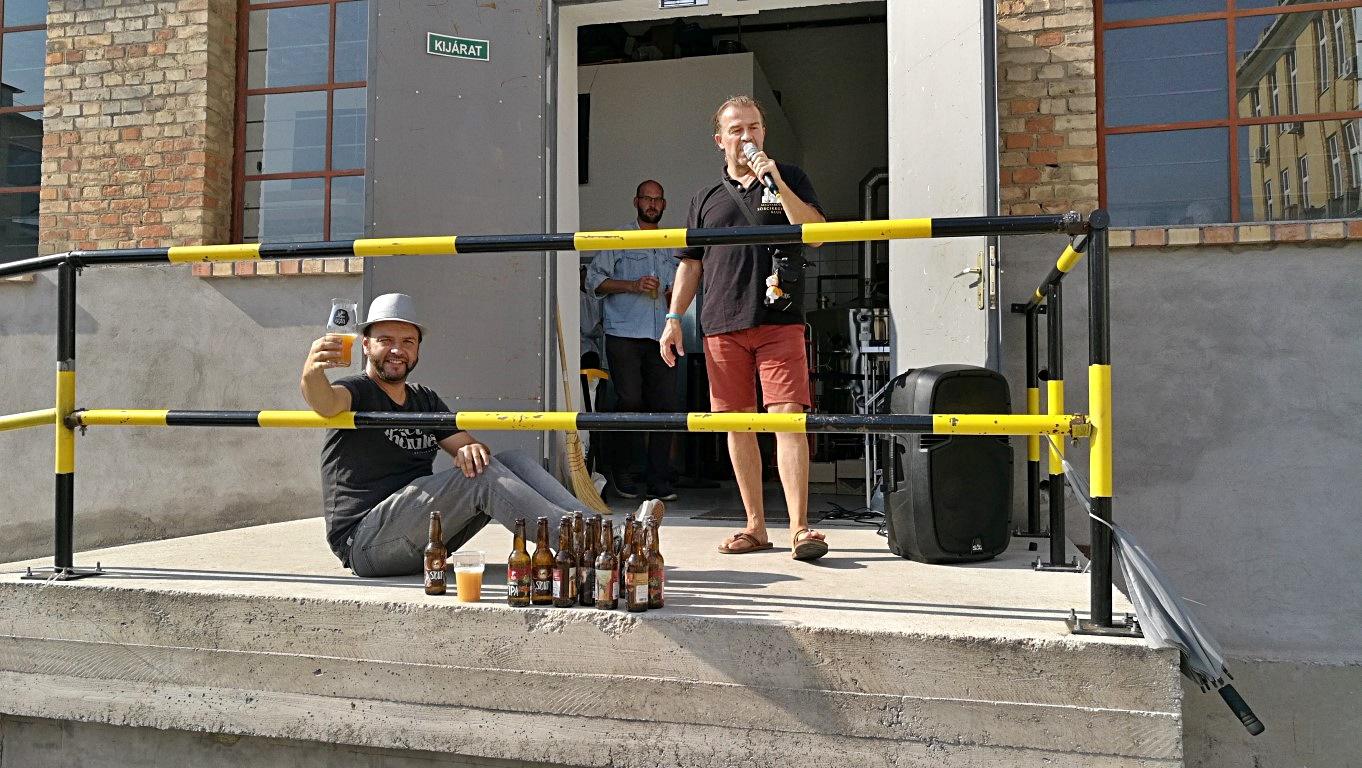 Kocsmalátogatások a Magyarországi Sörcikkgyűjtő Klubbal - Fehér Nyúl Brewery - Éneklés