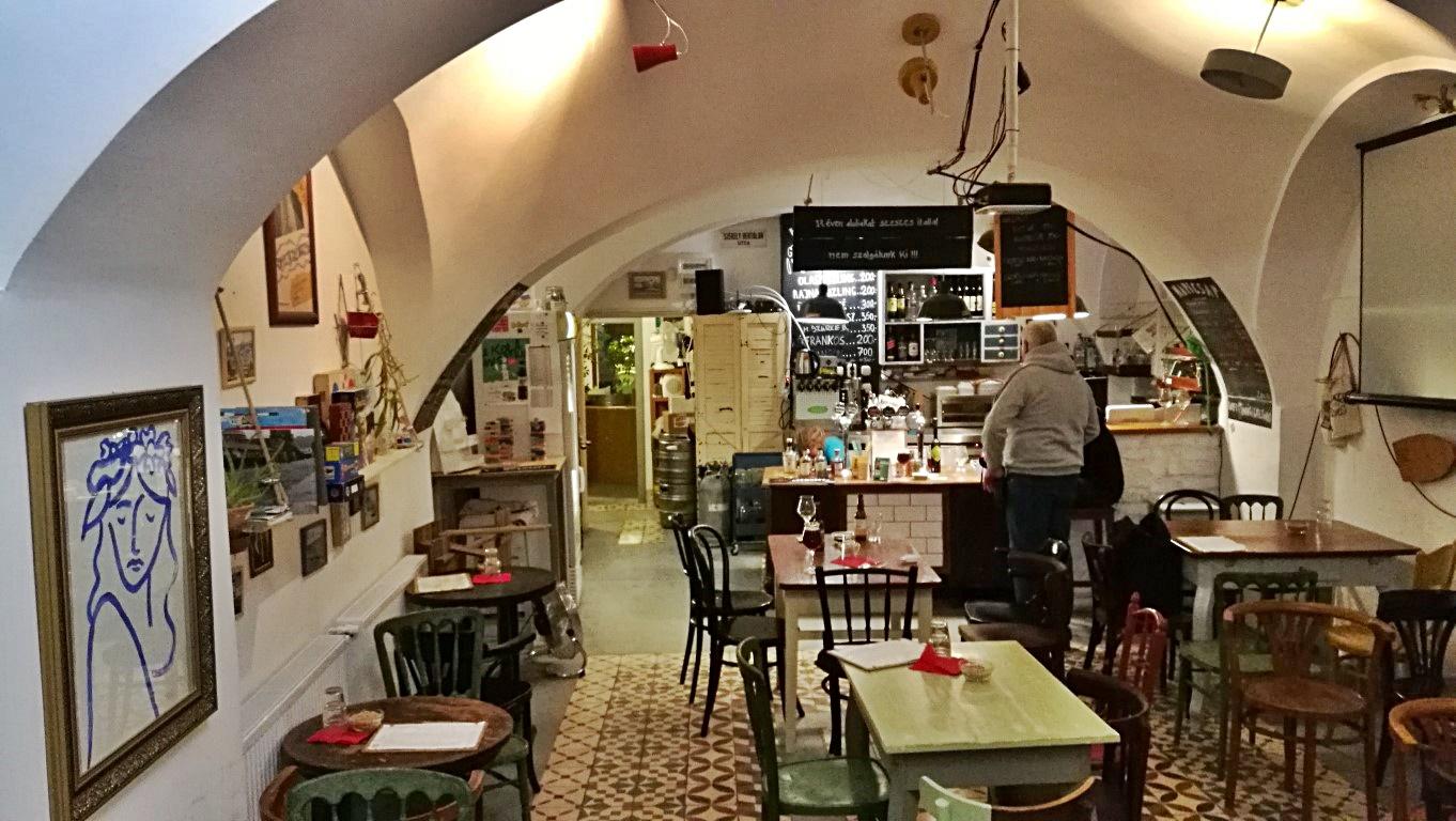 Kocsmalátogatások a Magyarországi Sörcikkgyűjtő Klubbal - Lima Pub & Hostel - Beltér a pult irányába