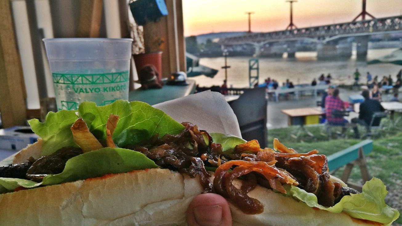 Kocsmalátogatások a Magyarországi Sörcikkgyűjtő Klubbal - VALYO Kikötő - balkán hot-dog