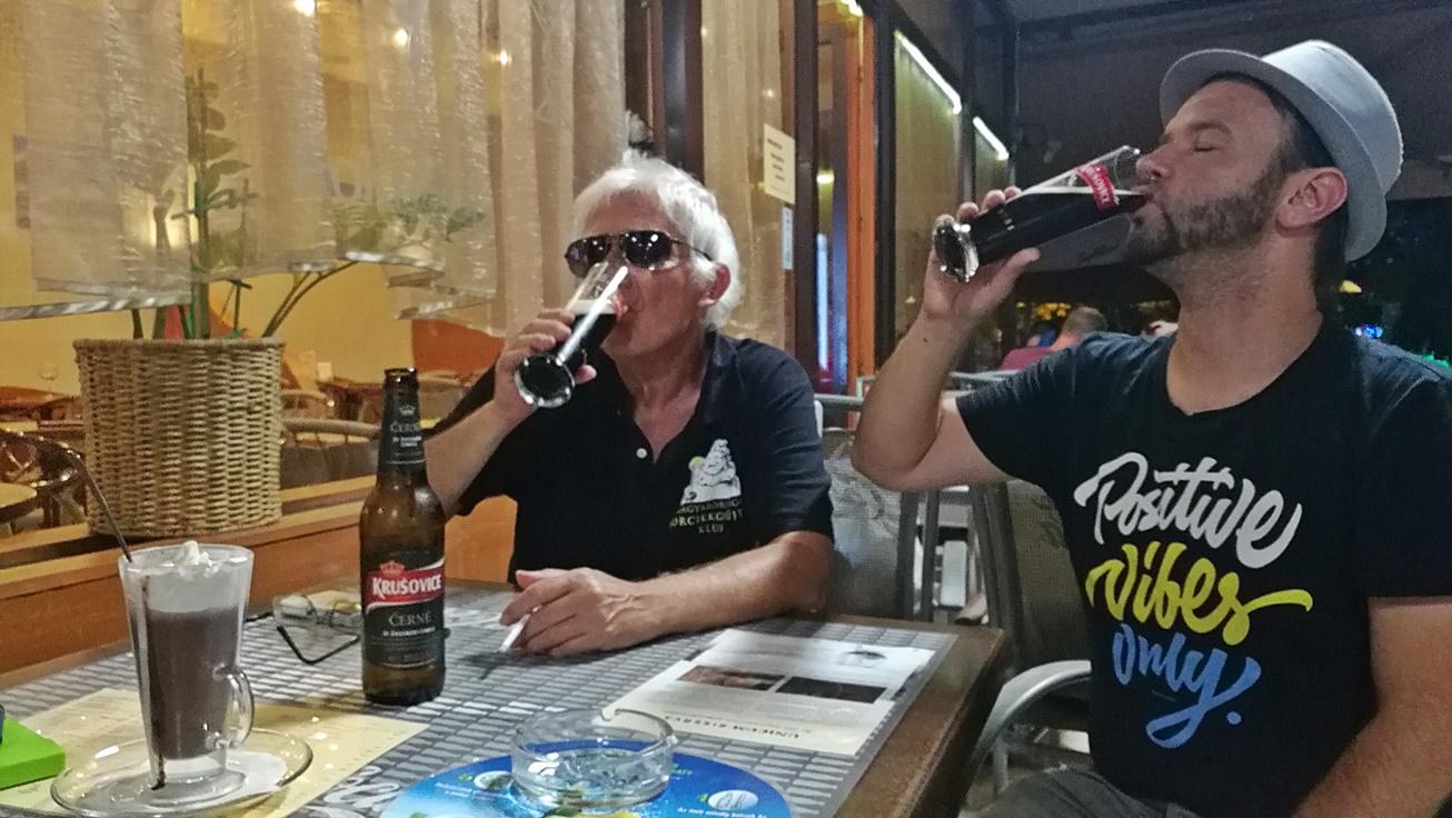 Kocsmalátogatások a Magyarországi Sörcikkgyűjtő Klubbal - Delicatesse Eszpresszo, Kecskemét - teraszon az átjáróban - Kocsmaturista