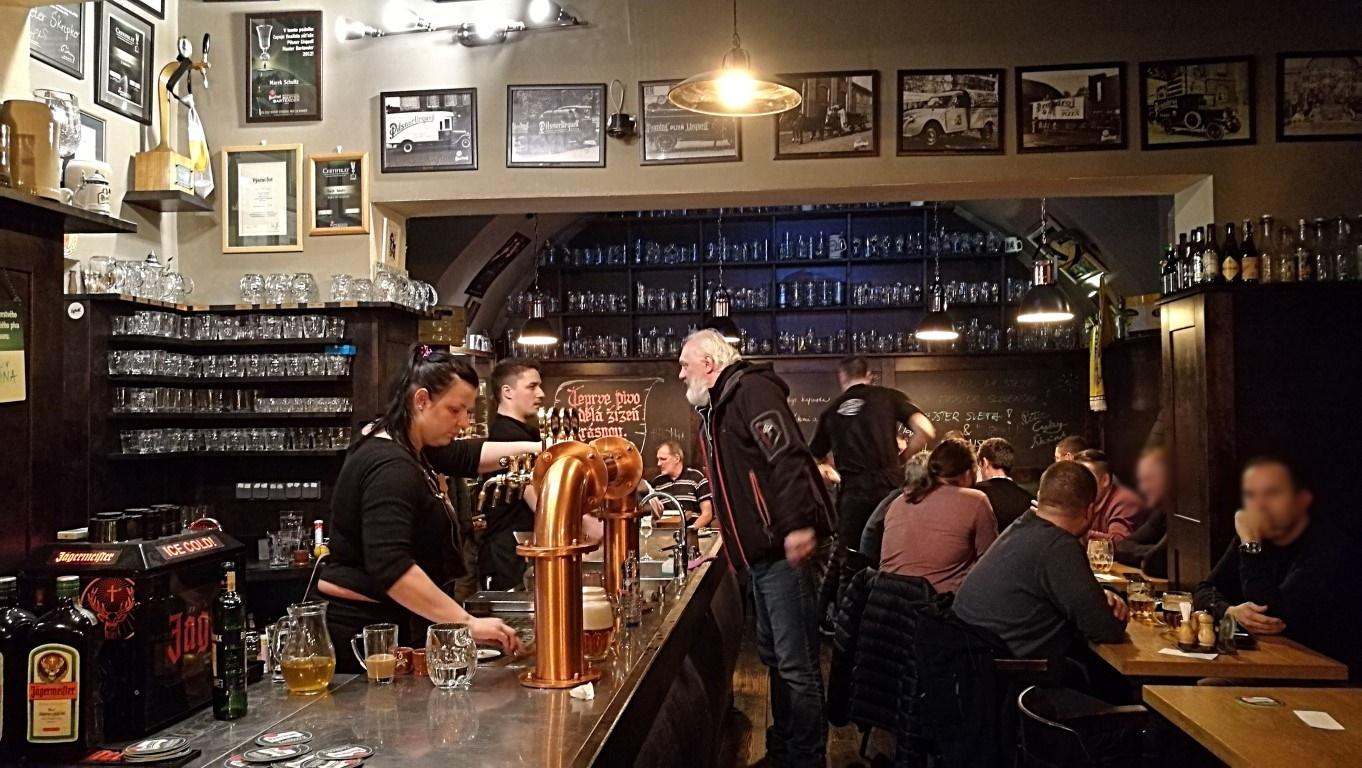 Camelot Pilsner Pub és Középkori Étterem, Kassa - Kocsmaturista - pult és fekete-fehér PU képek