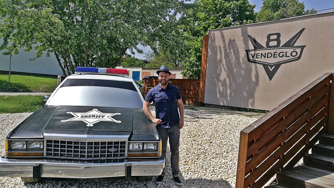 V8 Vendéglő, Oroszlány - Kocsmaturista - rendőrautóval a ház előtt