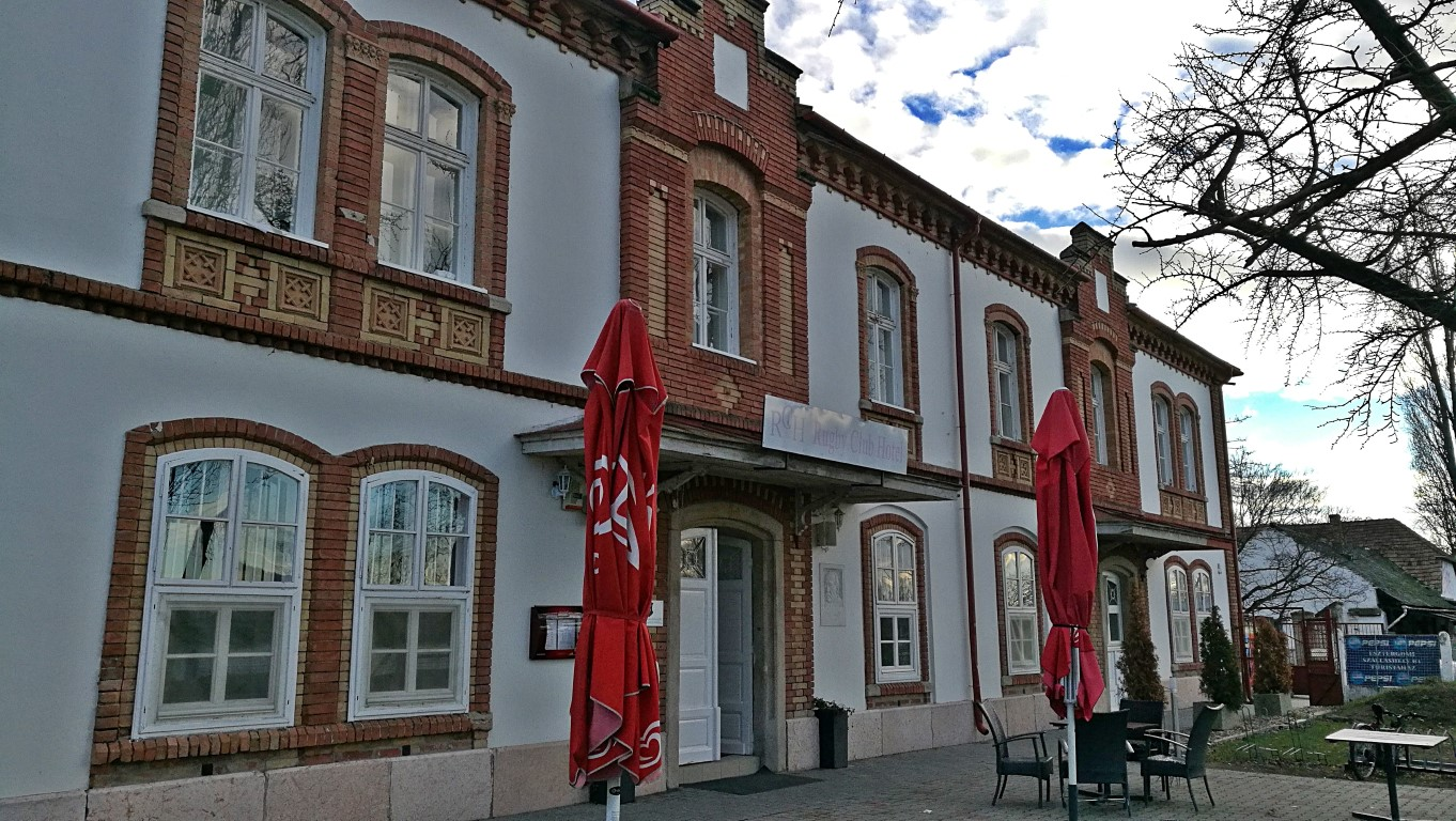 Esztergom - A Rugby Sporthotel és Hostel épülete egy volt csónakházban - Kocsmaturista