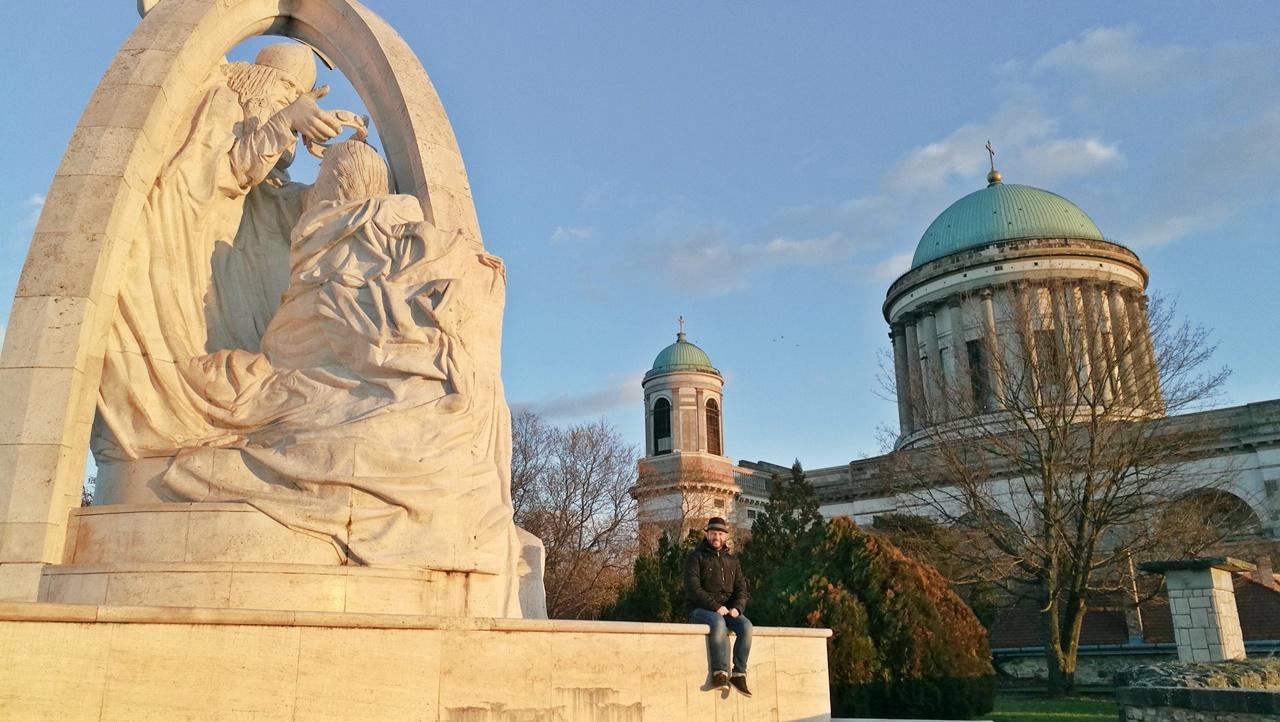 Esztergom - a Szent István megkoronázása szoborral - Kocsmaturista