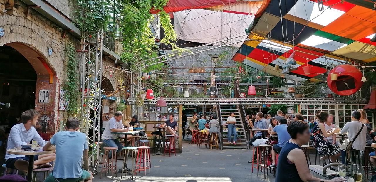Van Nálatok Terasz!!! - Szimpla Kert - Budapest, 7. kerület - Kocsmaturista