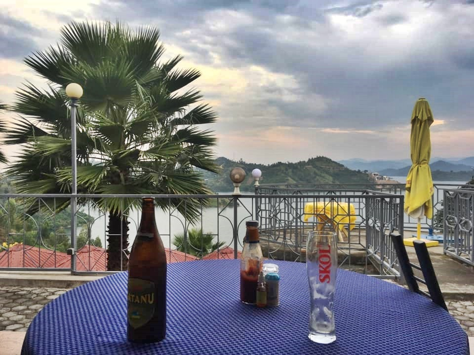 Kocsmázva utazni utazva kocsmázni - Jeli Gábor Jeti - Kybue, Ruanda, Afrika