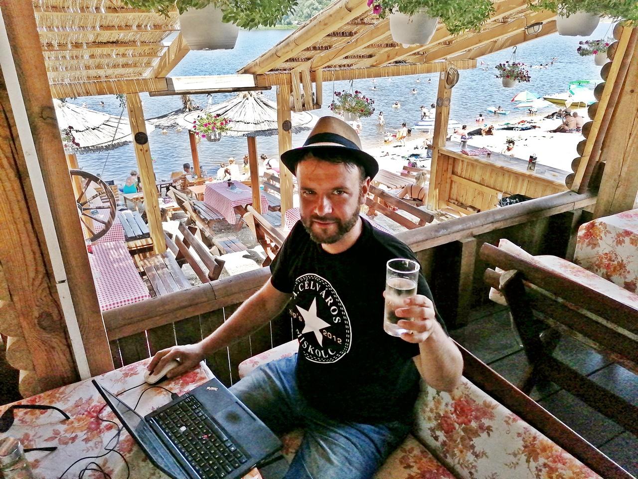Kocsmaturista - Munálkodás Szerbából, az Ezüst-tó partjáról